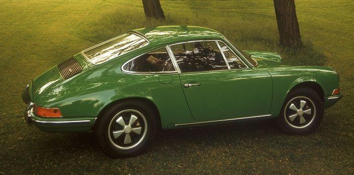 Grüner Porsche 911 Bj 1972 steht auf einer Wiese