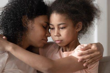 Mutter trösted Ihre traurige Tochter