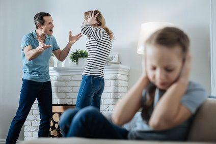 Mann ist wütend auf seine Frau