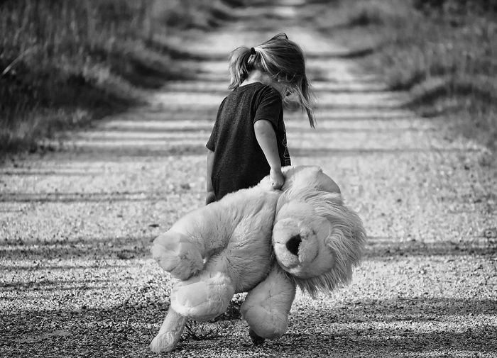 Mädchen geht traurig mit Ihrem Teddy davon