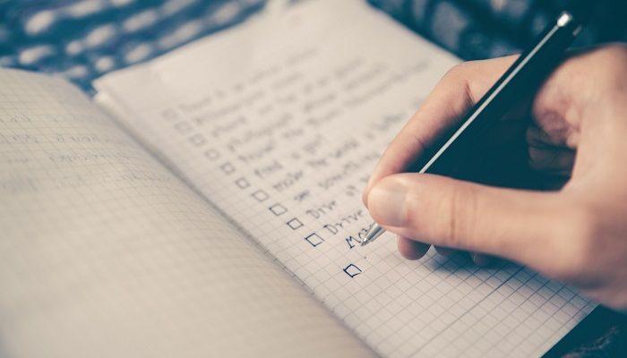 checkliste wird auf einem karierten Block geschrieben