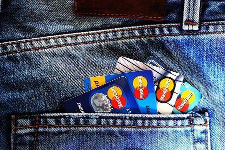 viele Kreditkarten in der hinteren Hosentasche