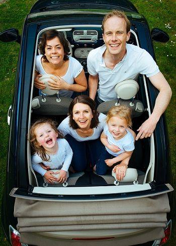 Familie sitz im Auto und schaut nach oben