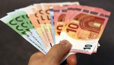 Geldscheine gefächert nach Größe in der Hand liegend
