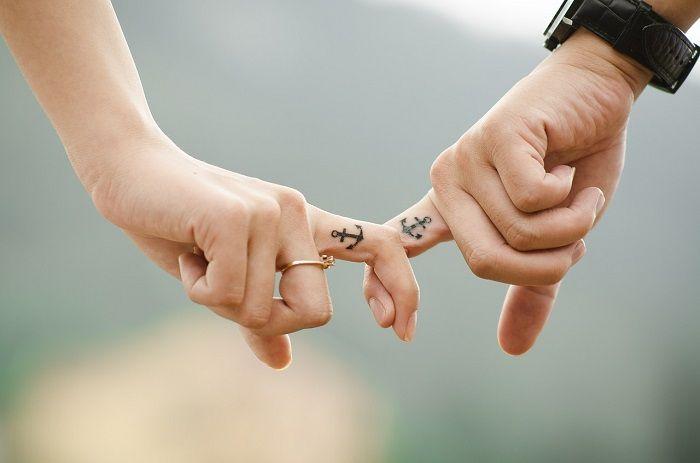 Paar Hakeln sich mit den Fingern ein