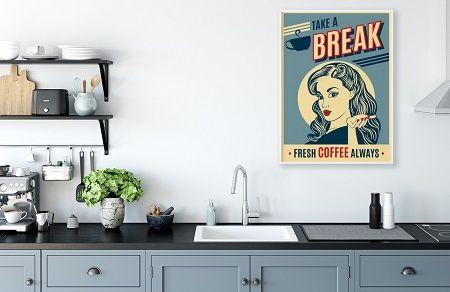 Retro Poster hängt über einer Küchenzeile