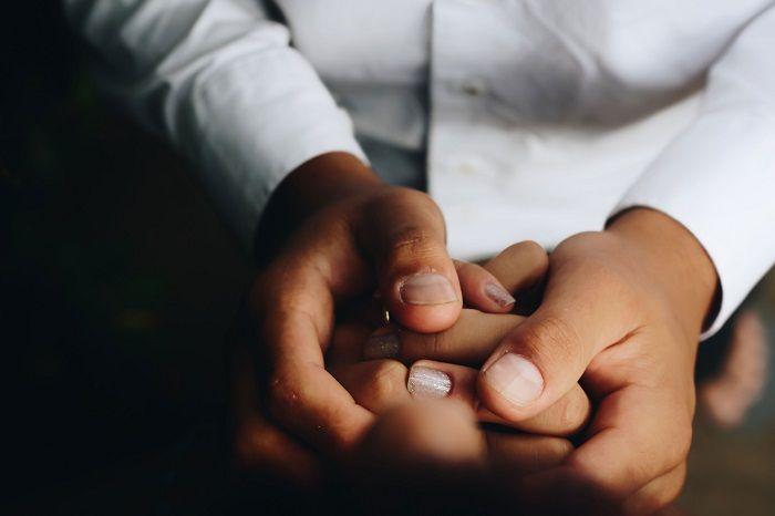 Ein Paar hält sich die Hände