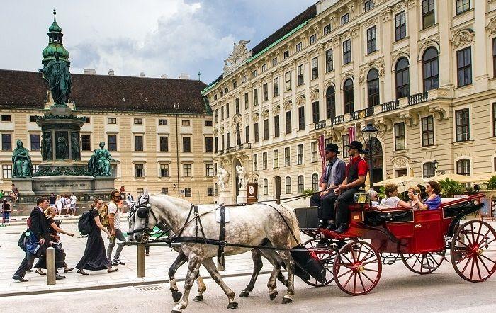 Eine Kutschenfahrt vor der Kulisse der Wiener Hofburg