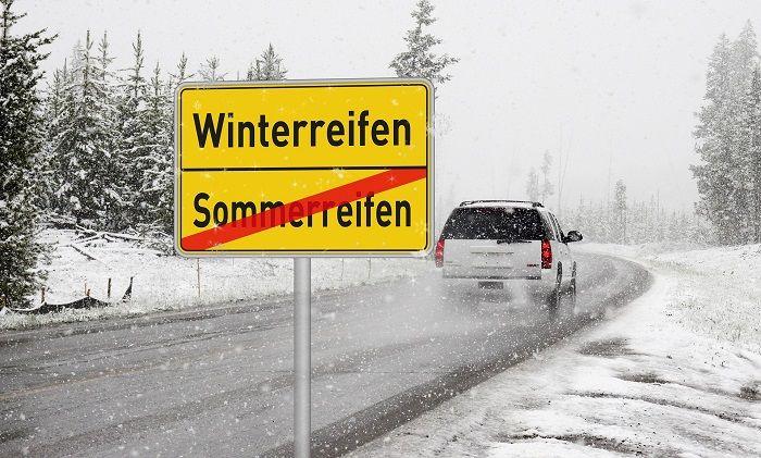 Auto fährt auf Straße in winterlicher landschaft