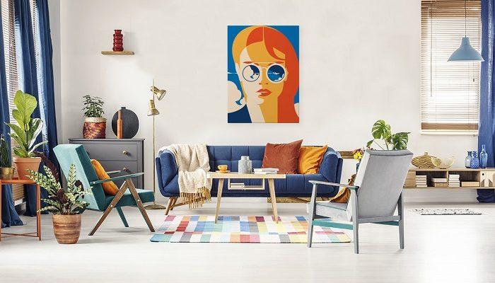 Bunt gestaltetes Wohnzimmer mit Retro Poster