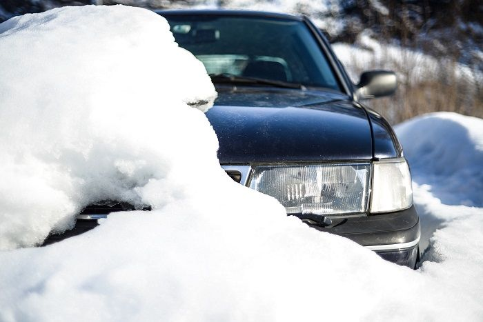 Auto ist zur Hälfte von Schnee verschüttet
