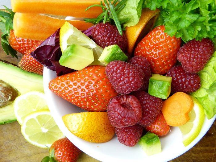Buntes Obst und Gemüse liegen in einer Schüssel