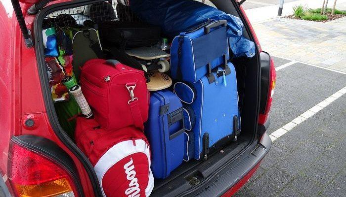 Ein Kofferraum ist mit vielen Taschen und Koffern beladen