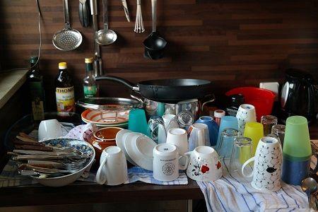 Gespültes Geschirr steht auf einem Tisch