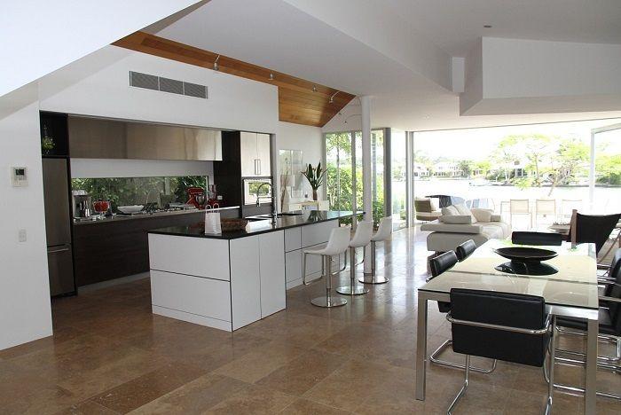 Großzügiger Raum mit moderner Küche, Essecke und einer Sitzcouch