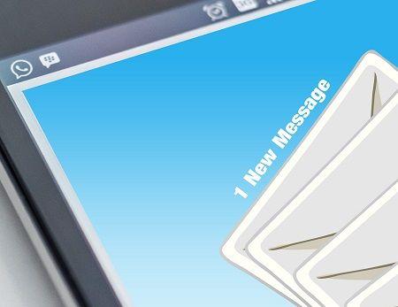 Handy Display auf dem gerade eine neue Email eingeht