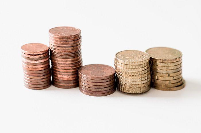 Von ein bis 20 Cent Münzen stehen gestapelt in einer Reihe