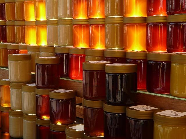 Verschiedenste Gläser mit Honig