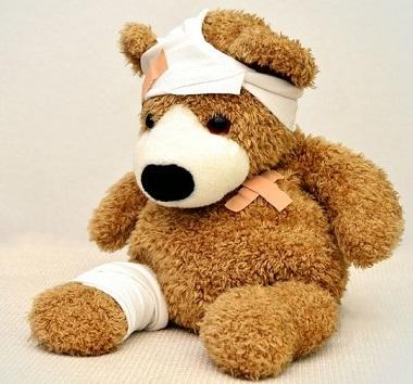 Teddy mit Pflastern und Wundverband versorgt