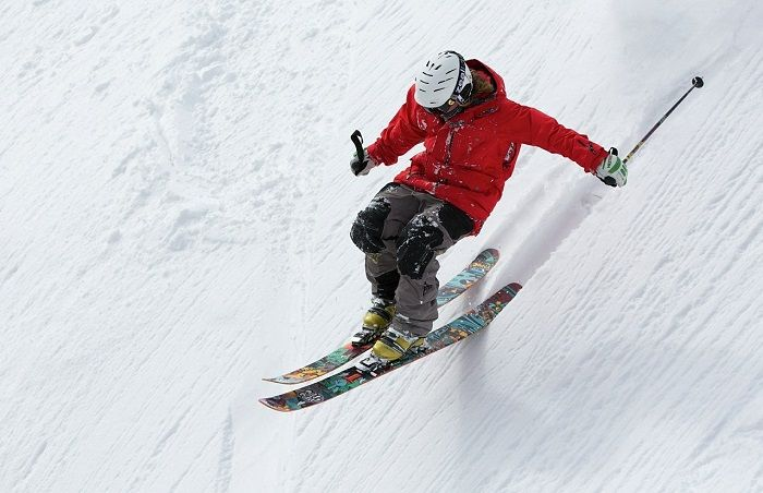 Skifahrer fährt im Tiefschnee die Piste runter