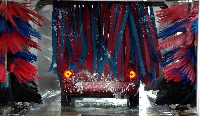 Auto fährt durch eine Waschanlage