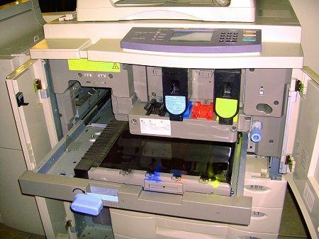 Ein Drucker ist für eine Wartung geöffnet