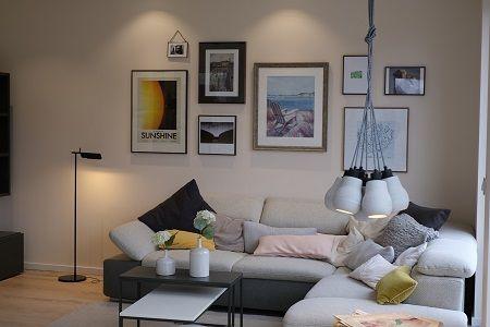 über einer Wohnlandschaft hängt eine Lampe mit gebündelten Fassungen