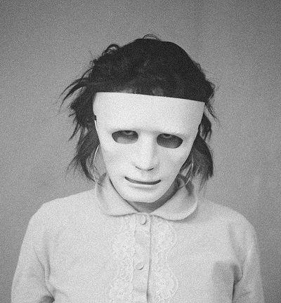 Gesicht hinter einer weißen Maske versteckt