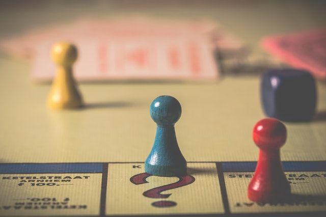 Ein Brettspiel mit verschiedenen Figuren darauf