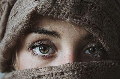 Frau verhüllt nur die Augen sind sichtbar