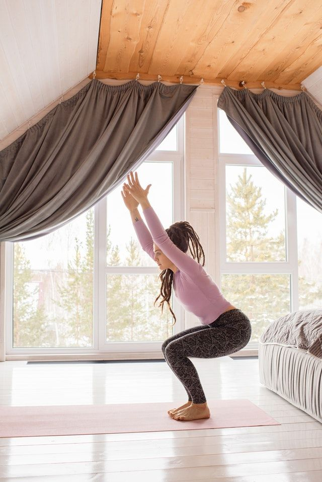 Frau macht Gymnastik zuhause