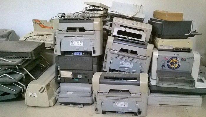 Lauter alte Drucker aufeinander gestapelt
