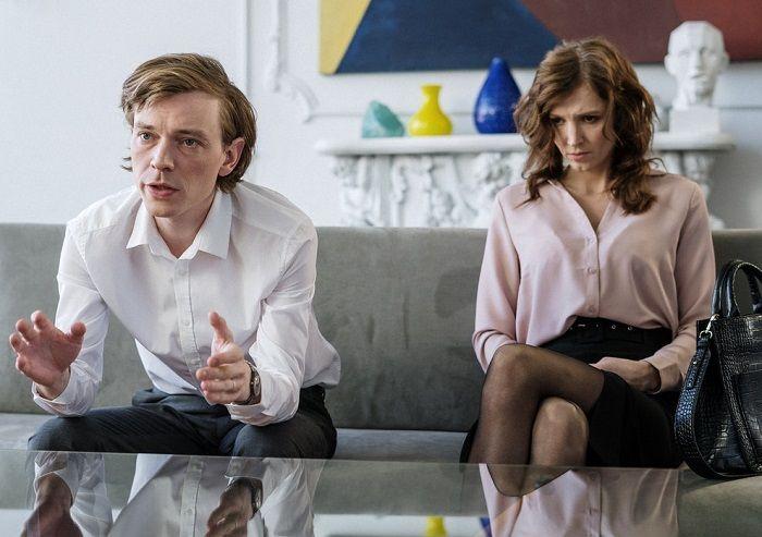 Paar sitzt bei einer Therapie auf einem Sofa