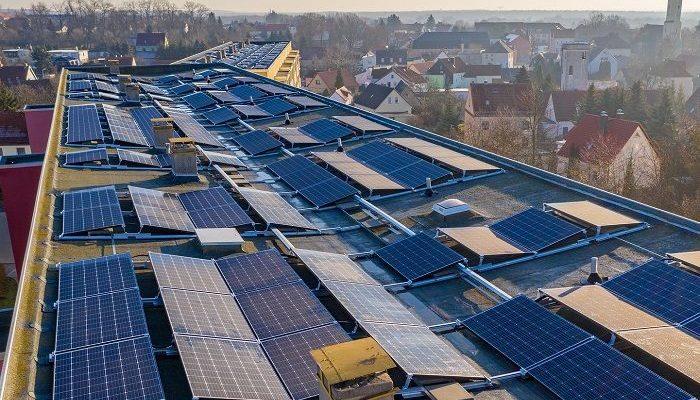 Große Dachfläche voller Photovoltaikelemente