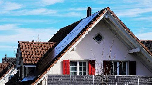 Haus mit Solarelementen auf dem Dach