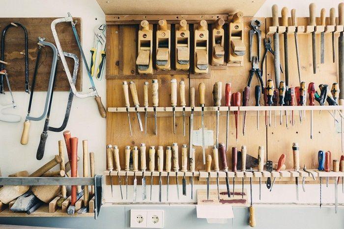 Werkzeuge hängen, fein säuberlich sortiert und ordentlich an einer Wand