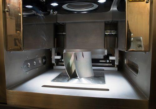 Ein 3D Drucker erstellt gerade ein Bauteil aus Metall
