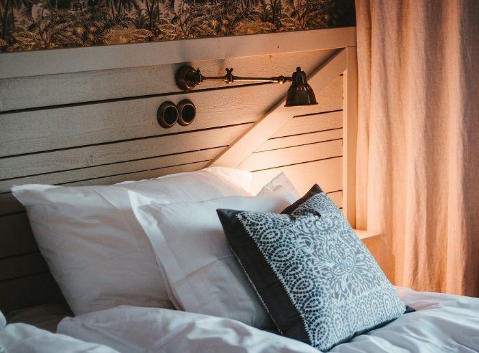 Gemütliches Bett in angenehmen Licht
