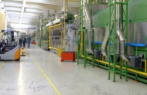 Große Maschinen, die in einer Werkhalle stehen