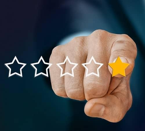 Mann erteilt eine Bewertung im Internet und gibt nur einen Stern