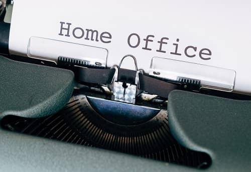 Auf einer alten Schreibmaschine steht Home Office geschrieben