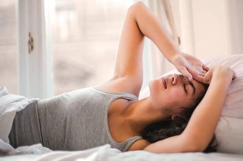 Frau ist gerade am aufwachen und streckt sich