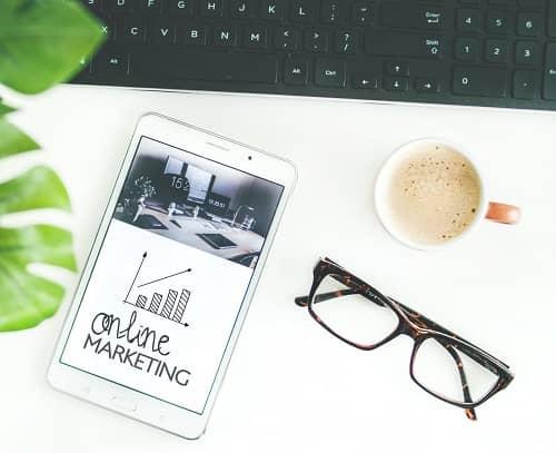 Ein Smartphone, liegt auf einem weißen Tisch und zeigt eine Online Marketing Statistik