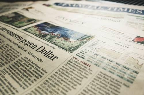 Eine Financial Times liegt am Tisch und zeigt Börsennachrichten