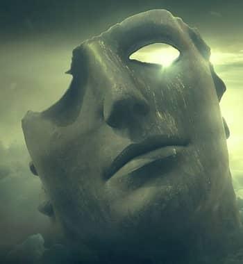Graue Maske vor hellem und leuchtenden Hintergrund