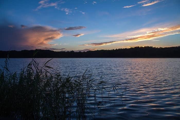 Romantischer Blick über den Müritzsee bei Sonnenuntergang