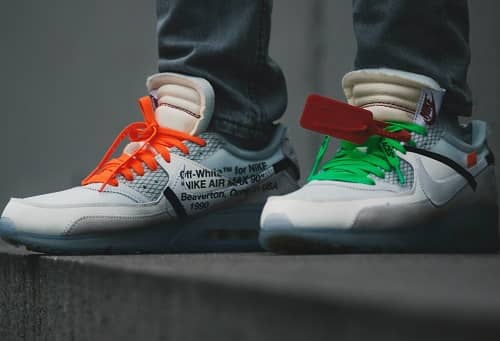 Nike Air Turnschuhe, Mann steht auf einem Betonwürfel