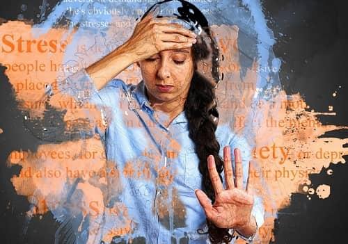 Frau ist hinter Glas gefangenverschiedene Farben und Texte tauchen im Hintergrund auf