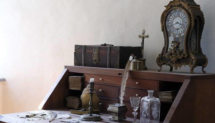 Ein alter Sekretär mit lauter wertvollen und Antiken Dingen darauf