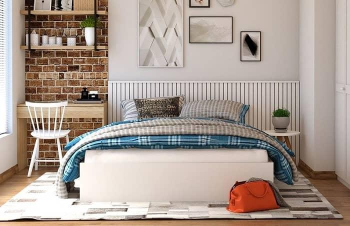 Schlafzimmer mit einem weißen Bett und blaukarierter Bettwäsche